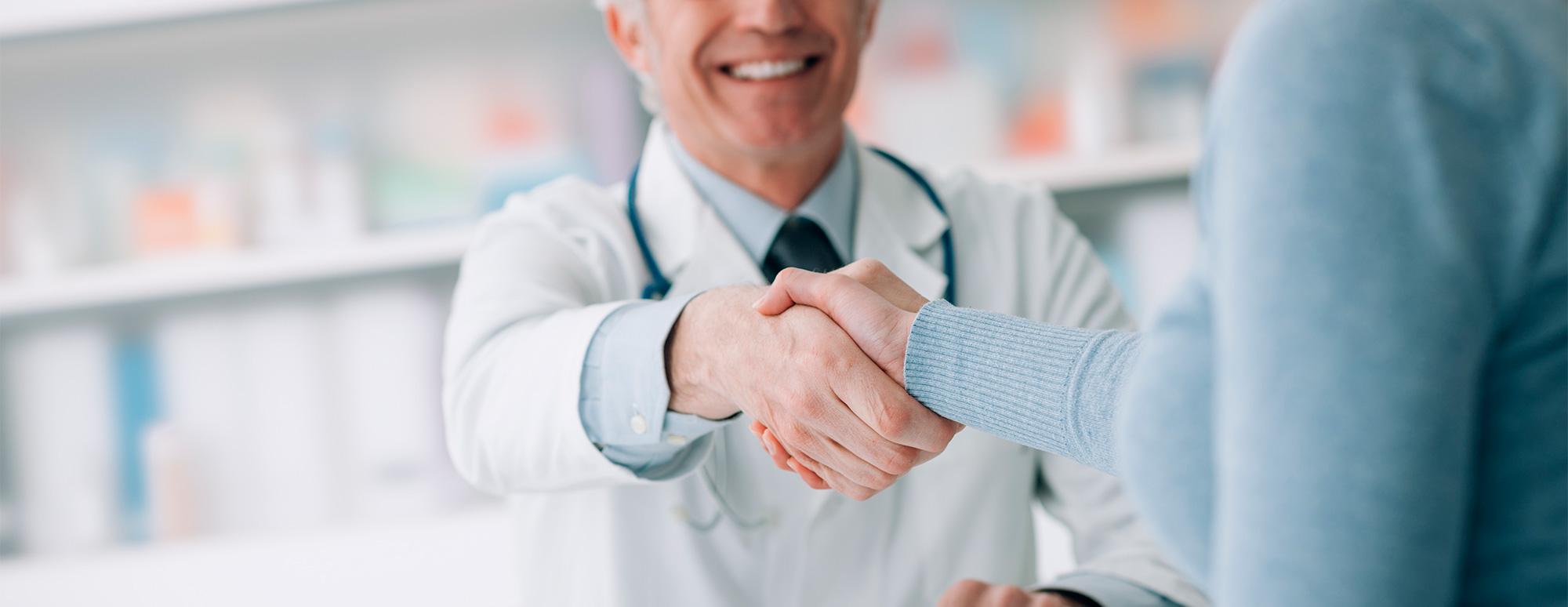 apretón manos con médico